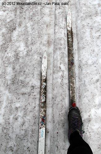 Vlese bylo na sněhu jehličí, které se následně přenášelo nalyže