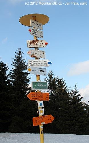 Ostuda na hlavním hřebenu Javorníků– hlavní ukazatele na červenou turistickou značku nečitelné a poškozené
