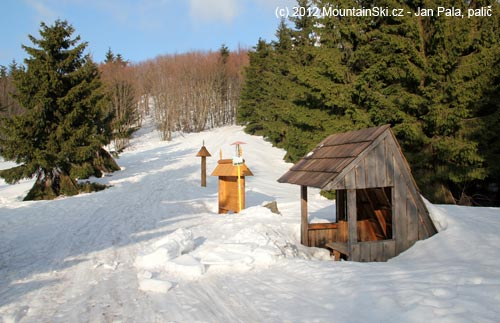 Na hřebenu je spousta takovýchto přístřešků, hromada sněhu asi spadla ze střechy