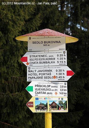 Rozcestník vsedle Bukovina je ve výborném stavu– obnovu turistického značení financovalo městoMakov