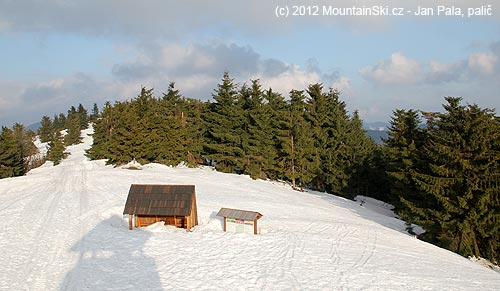 Výhled zrozhledny na sněhem zasypaný přístřešek amapu