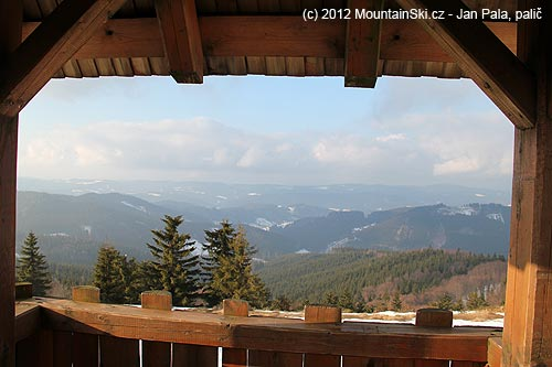 Výhled zrozhledny směrem na Vsetínské vrchy