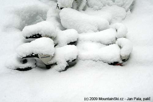 Diamir Eagle po nočním sněžení pod sopkou Ostraja