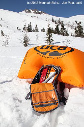 Lavinový batoh BCA Float 18je čistě freeridový, dovnitř se vleze sonda, lopata a rukavice, pití musí brátkolega