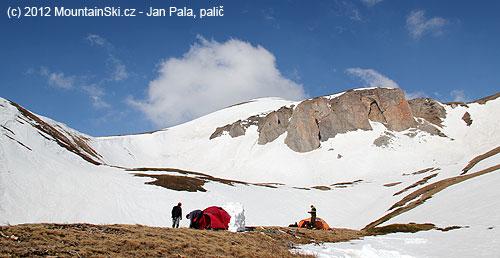 Naše tábořiště ve výšce těsně přes dva tisíce metrů