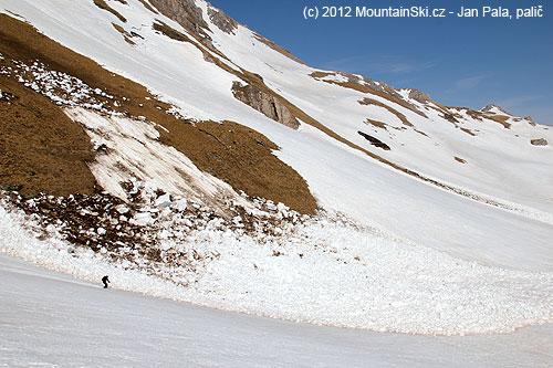 Rychlý průjezd kolem další základové laviny, sněhové bloky byly mnohem větší nežmy