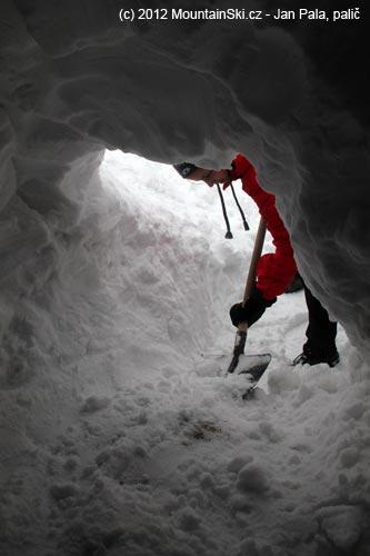 Ten, kdo odhazoval vykopaný sníh venku, se měl co ohánět
