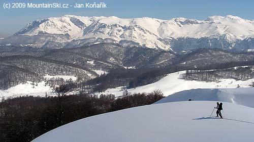 Ruda vpohoří Visočica, vzadu pohoří Treskavica