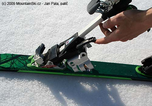 Diamir Eagle– easy attaching of crampons by one hand