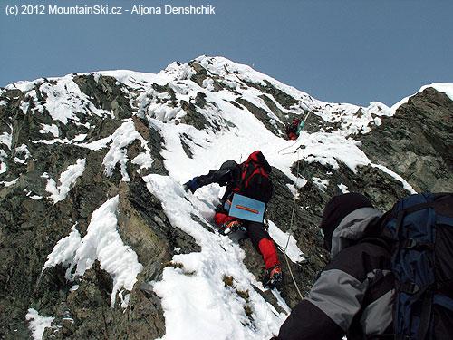 Horní část výstupu na 2250m vysoký vulkán Kozelskij na poloostrově Kamčatka, ustřižená karimatka je vždy po ruce, teda pod pozadím