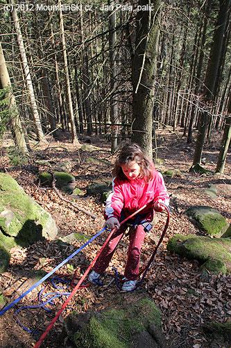 Nejmladší aktivní účastnice školení při nácviku provizorního slanění bez využití sedacíhoúvazku