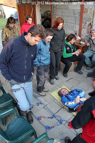 Provizorní lanová nosítka jsou připraven, je potřeba naložit zraněného