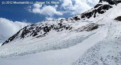 Těmito skalami vlevo od základových lavin je výstupová isjezdovátrasa