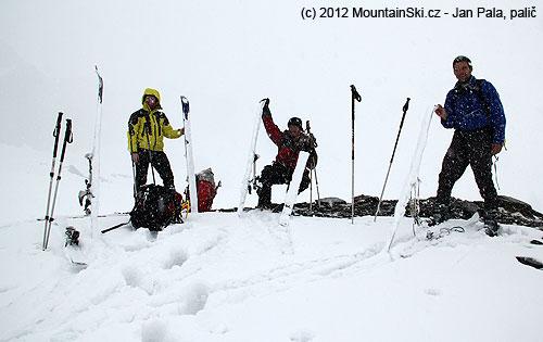 Nedělní konečná, viditelnost zanedbatelná, husté sněžení a ktomu stoupací pásy olepenésněhem