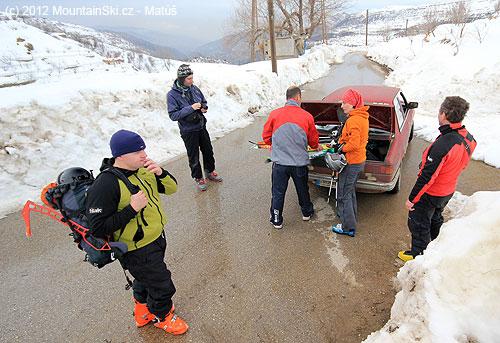 Nakládání šesti párů lyží do kufru BMW