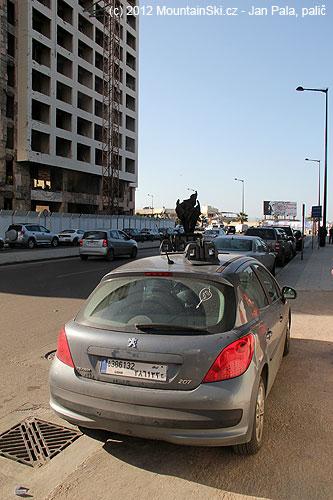 Magnetické střešní nosníky na lyže umístěné našikmo– centrum Bejrútu