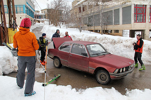 Opravdu se do tohoto vozidla vleze všech šest plně nabalených skialpinistů?