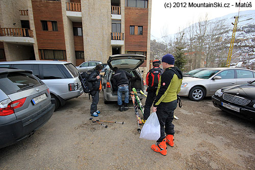 Nakládání lyží ve Faraya village