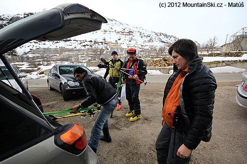 Sice jsme unejpopulárnějšího libanonského lyžařského střediska, ale řidiči mají slyžemi evidentně problém