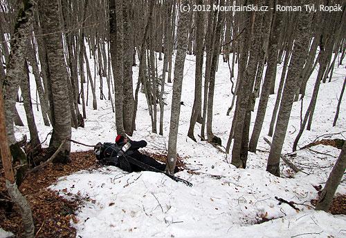 Stromu se vyhnul, ale zkřížení lyží a pádu nezabránil