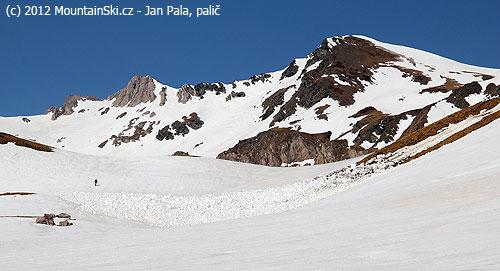 Jedna zmnoha základových lavin, které lemovaly naši cestu keKorabu