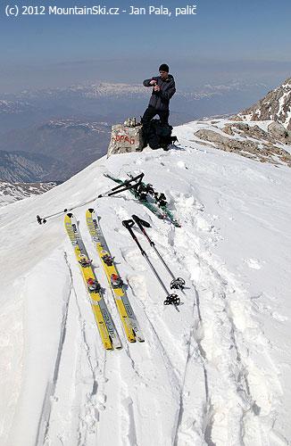 Vrcholový hřeben vobležení lyží