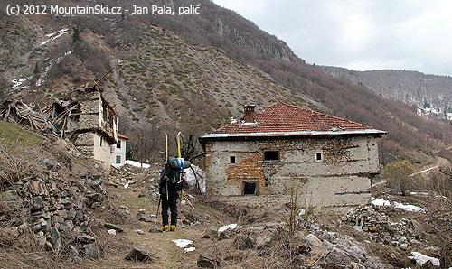 Vstup do vybydlené vesnice