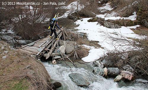 Standardní přechod potoka– most je  unaven