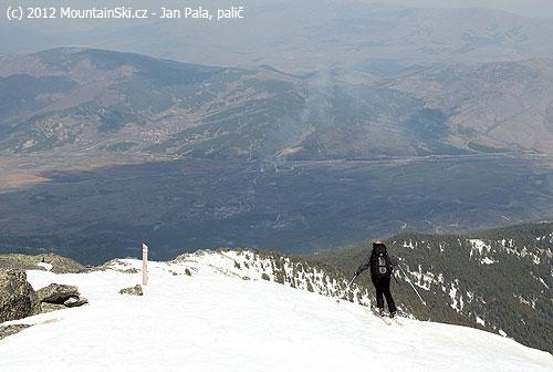 Makedonský skialpinista na Diamiru sjíždí dolů