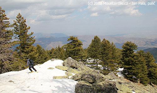 Závěrečná část sjezdu khorní lanovce lyžařského střediska nepostrádala zábavu svyhýbáním se skalkám