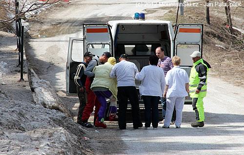 Byla to sranda– ovázané a odlahované koleno, kolem sedm lidí, a stejně se noha musela pokrčit knasotupení do sanitky