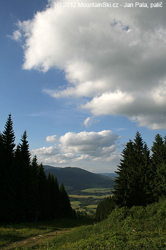 Výhled od Severomoravské chaty po sjezdovce do údolí