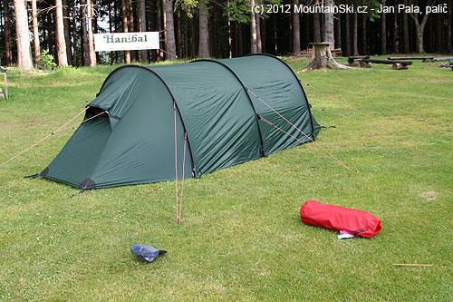 Ukázkově vypnutý stan na golfově upravené louce– než začalopršet