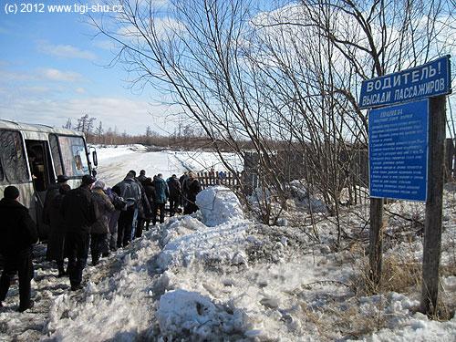 Cesta autobusem přes led, tady všichni cestující musí kousek posvých