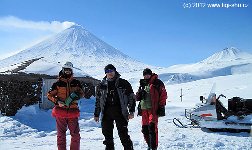 Udomiku Vulkanologov– zleva Kadálek, Dav, Šimon a Buran– nad námi pak vlevo Ključevskaja a vpravo Srednij