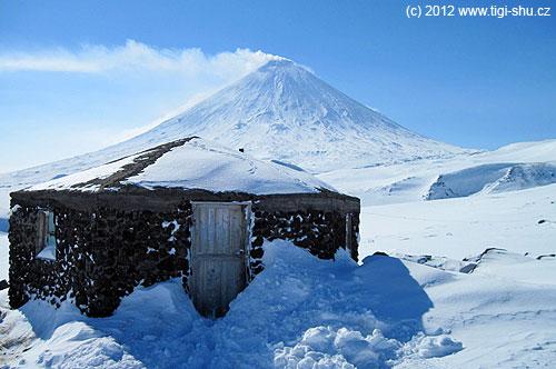 Domik Vulkanologov na ledovci Ermana
