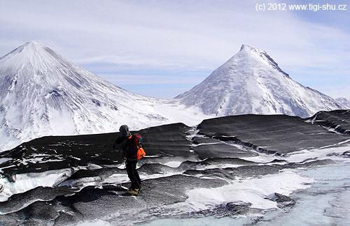Vlevo Ključevskaja sopka– 4688m, vpravo Kameň– 4579m, foceno zpředvrcholu Ploské sopky– 3903m