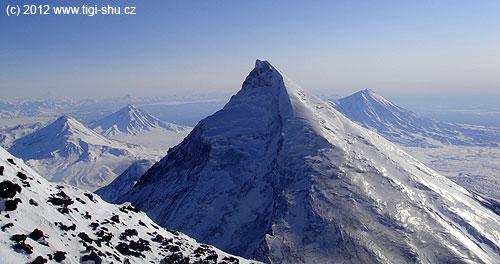 Pohled zúbočí Ključevské na zaledněný Kameň– ten je považován za hodnotný výstup a ruští horolezci zde běžně trénují podmínky na Mt. Everest