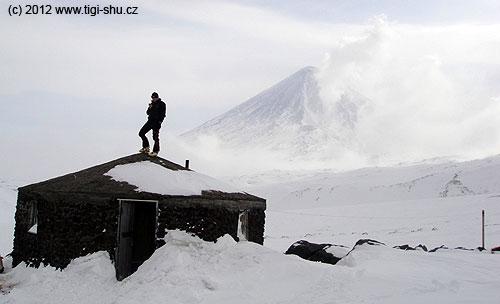 Domik Vulkanologov na ledovci Ermana– lovení signálu