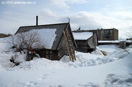 Ruská baňa, citlivě zasazená mezi okolní paneláky, na bezu před vchodem se suší losos– a pivo se chladí vesněhu