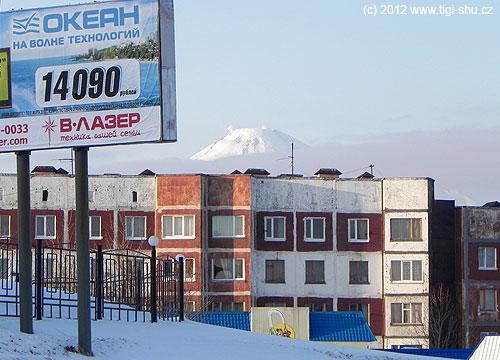 Chtěli byste také mít toto za domem? Pohled na dýmající Avačinský vulkán ze sídliště Petropavlovska-Kamčatského