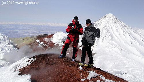 Na sirném kráteru Avačinské sopky, vpozadí vulkán Korjakskij