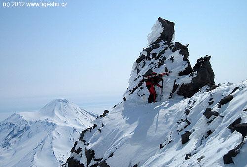 Výstupový hřeben na Korjakski má některá zajímavá místa, na pozadí Avačinskásopka