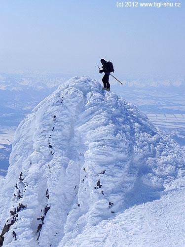 Jedna ze třech vrcholových skalek Korjakského vulkánu