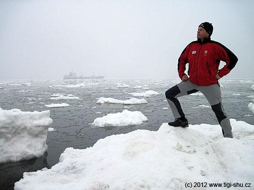 Fridtjof Nansen na prosluněné pláži Kamčatky, na pozadí rybářský ledoborec