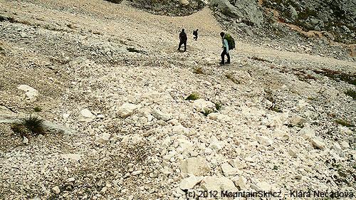 Sestup suťoviskem ze sedla Luknja do údolí Vrata