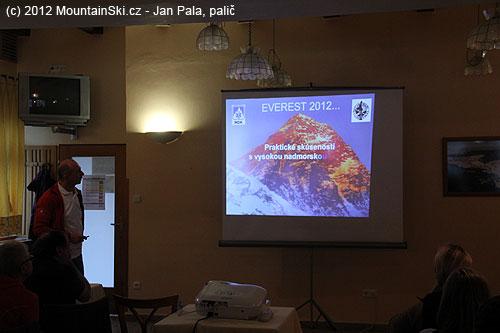 Juraj Dobeš seznámil přítomné sakutální situací na Everestu a okolnostmi úmrtí M. Sedláčka na sousedním Lhotse 19.5.2012