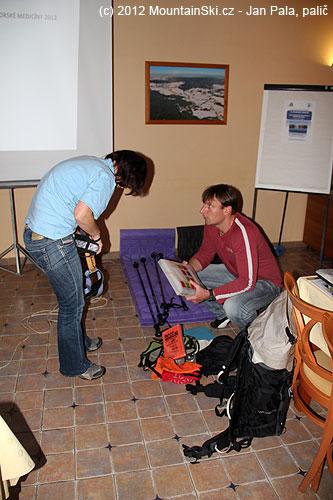 Jana Kubalová připravuje pomůcky na svůj workshop