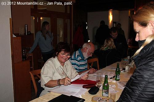 Práce volební komise je vplném proudu– sčítají sehlasy