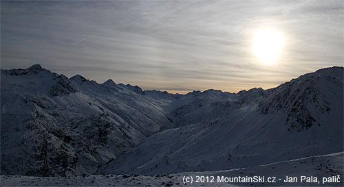 Blíží se západ slunce nad Ötztálskými Alpami